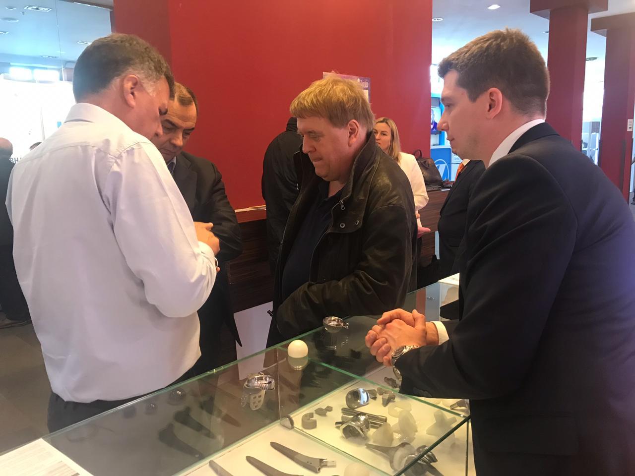 Dr FIQUET et Dr BONNARD sur le stand de Smith&Nephew au Vreden's Reading de Saint Petersbourg 2018-1